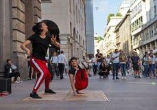 MILAN ITALIEN - JUNI 1: Gataakrobater utför i CORSO VITTORIO EMANUELE Milan arkivfoto