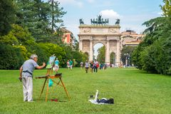Milan Italien - 14 08 2018: konstnärattraktionbåge av fred i Sempion arkivfoto