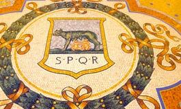 Milan Italien - Maj 03, 2017: Berömd mosaiktjur på golvet av det Vittorio Emanuele shoppinggallerit i Milan Arkivbild