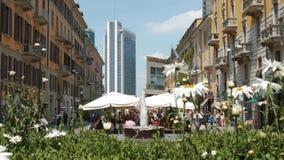 Milan Italien - Maj 2016: folk som äter och shoppar i Corso Como stock video
