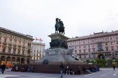 Milan Italien - Maj 03, 2017: Folket som går på duomoen, kvadrerar i Milan Arkivbilder