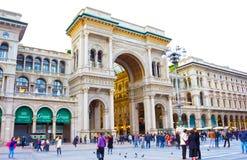 Milan Italien - Maj 03, 2017: Folket som går på duomoen, kvadrerar i Milan Royaltyfri Fotografi