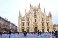 Milan Italien - Maj 03, 2017: Folket som går på duomoen, kvadrerar i Milan Royaltyfria Bilder