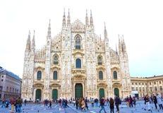 Milan Italien - Maj 03, 2017: Folket som går på duomoen, kvadrerar i Milan Arkivfoton