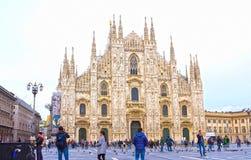 Milan Italien - Maj 03, 2017: Folket som går på duomoen, kvadrerar i Milan Arkivbild