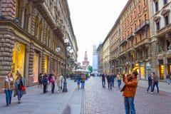 Milan Italien - Maj 03, 2017: Folket som går på gatan i Italien, Europa, Milan Royaltyfria Bilder