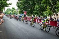 Milan Italien 31 Maj 2015; Gruppen av yrkesmässiga cyklister i Milan accelererar och förbereder finalen sprintar Fotografering för Bildbyråer