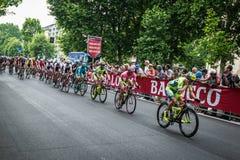Milan Italien 31 Maj 2015; Gruppen av yrkesmässiga cyklister i Milan accelererar och förbereder finalen sprintar Arkivbilder