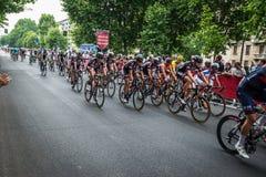 Milan Italien 31 Maj 2015; Gruppen av yrkesmässiga cyklister i Milan accelererar och förbereder finalen sprintar Royaltyfri Bild