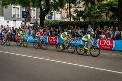 Milan Italien 31 Maj 2015; Gruppen av yrkesmässiga cyklister i Milan accelererar och förbereder finalen sprintar Royaltyfri Foto