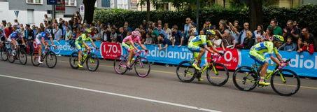 Milan Italien 31 Maj 2015; Gruppen av yrkesmässiga cyklister i Milan accelererar och förbereder finalen sprintar Royaltyfri Fotografi