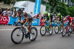 Milan Italien 31 Maj 2015; Gruppen av yrkesmässiga cyklister i Milan accelererar och förbereder finalen sprintar Arkivbild