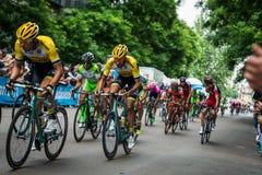 Milan Italien 31 Maj 2015; Gruppen av yrkesmässiga cyklister i Milan accelererar och förbereder finalen sprintar Arkivfoto