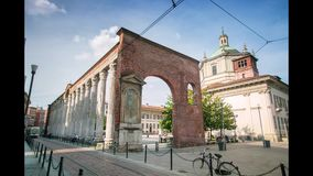 MILAN ITALIEN - MAJ 3, 2017: Sikt av de Colonne dina San Lorenzo, roman historisk kolonnadtimelapse stock video