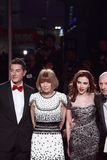 MILAN ITALIEN - MARS 02: Domenico Dolce Anna Witour, Scarlett Johansson, Stefano Gabbana deltar i den extrema skönheten i den Vogu Arkivbild