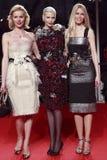 MILAN ITALIEN - MARS 02: Eva Herzigova, Nadja Auermann och Claudia Schiffer deltar i den extrema skönheten i det Vogue partiet på  Royaltyfri Fotografi