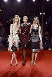 MILAN ITALIEN - MARS 02: Eva Herzigova, Nadja Auermann och Claudia Schiffer deltar i ytterlighetskönheten i modeparti på Palazzen Arkivfoton