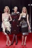 MILAN ITALIEN - MARS 02: Eva Herzigova, Nadja Auermann och Claudia Schiffer deltar i ytterlighetskönheten i modeparti på Palazzen Royaltyfri Foto