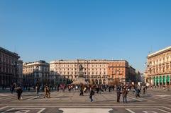 MILAN ITALIEN - NOVEMBER 10, 2016: Flyg- sikt av Piazza del Duomo och monument av Vittorio Emanuele II på en solig dag, Italien Royaltyfri Fotografi