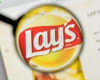 Milan Italien - November 1, 2017: Lays logo för potatischiper på royaltyfri fotografi