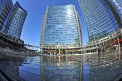 Milan Italien, nya Porta Nuova skyskrapor i Gael Aulenti kvadrerar arkivbilder