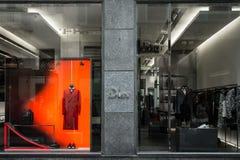 Milan Italien - Oktober 8, 2016: Shoppa fönstret av en Dior shoppar i Mi royaltyfri bild