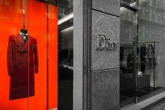 Milan Italien - Oktober 8, 2016: Shoppa fönstret av en Dior shoppar i Mi royaltyfria bilder