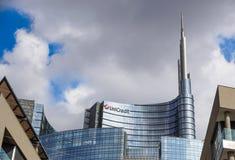MILAN ITALIEN - OKTOBER 05, 2017 står högt den glass skyskrapan för den Unicredit banken på 05 Oktober 2017 i Milan, Italien Royaltyfria Foton
