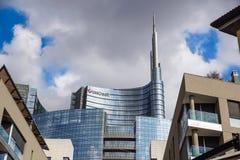 MILAN ITALIEN - OKTOBER 05, 2017 står högt den glass skyskrapan för den Unicredit banken på 05 Oktober 2017 i Milan, Italien Arkivbilder
