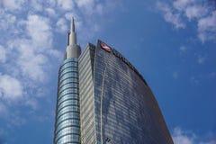 MILAN ITALIEN - OKTOBER 05, 2016: Står högt den glass skyskrapan för den Unicredit banken på 05 Oktober 2016 i Milan, Italien Royaltyfri Fotografi