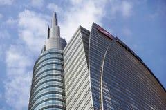 MILAN ITALIEN - OKTOBER 05, 2016: Står högt den glass skyskrapan för den Unicredit banken på 05 Oktober 2016 i Milan, Italien Arkivbild