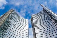 MILAN ITALIEN - OKTOBER 05, 2016: Står högt den glass skyskrapan för den Unicredit banken på 05 Oktober 2016 i Milan, Italien Arkivfoto