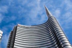 MILAN ITALIEN - OKTOBER 05, 2016: Står högt den glass skyskrapan för den Unicredit banken på 05 Oktober 2016 i Milan, Italien Royaltyfria Bilder