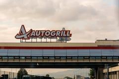 Milan Italien - Oktober 15th, 2015: Autogrill ovanför en autobahn royaltyfri foto