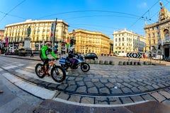 Milan, Italien - Oktober 19th, cyklist 2015Elderly och en polis på en motorcykel på vägen i stadsgatan via Cordusio Milan Fotografering för Bildbyråer