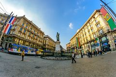 Milan Italien - Oktober 19th, 2015: Den breda fyrkanten med en monument till poeten Dante Via Cordusio Milan Royaltyfri Foto