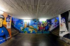 Milan Italien - Oktober 19th, 2015: Grafitti i en gångtunnelgångtunnel Milan Fotografering för Bildbyråer