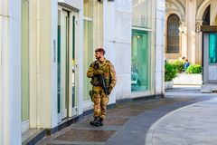 Milan Italien - Oktober 19th, 2015: Militära vapen som bevakar en byggnad i Milan Arkivfoton