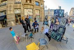 Milan Italien - Oktober 19th, 2015: Stående för gatakonstnärmålning i mitten av Milan Royaltyfri Foto