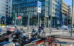 Milan Italien - Oktober 19th, 2015: Tvärgator med massor av trafikljus och vägmärken i den moderna staden av Milan Royaltyfri Foto