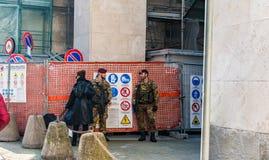 Milan Italien - Oktober 19th, 2015: Två militära vapen som bevakar en byggnad i Milan Fotografering för Bildbyråer