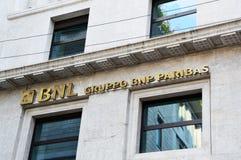 MILAN ITALIEN - SEPTEMBER 7, 2017: BNL-skylt i Milan Banca Nazionale del Lavoro är en italiensk bank som förläggas högkvarter i R Royaltyfria Bilder