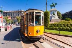 MILAN ITALIEN - September 07, 2016: Den gamla gula spårvagnen har stoppat, och öppnade dörrar på spårvagnen stoppar nära Cairoli  Fotografering för Bildbyråer