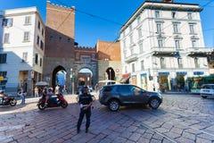 MILAN ITALIEN - September 12, 2016: Den polisPolizia platsen reglerar trafik nära den medeltida porten Arkivfoton