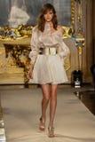 MILAN ITALIEN - SEPTEMBER 20: En modell går landningsbanan under den Genny showen Royaltyfri Foto