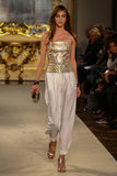 MILAN ITALIEN - SEPTEMBER 20: En modell går landningsbanan under den Genny showen Royaltyfria Foton