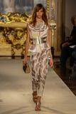 MILAN ITALIEN - SEPTEMBER 20: En modell går landningsbanan under den Genny showen Royaltyfri Bild