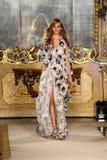 MILAN ITALIEN - SEPTEMBER 20: En modell går landningsbanan under den Genny showen Royaltyfria Bilder
