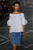 MILAN ITALIEN - SEPTEMBER 20: En modell går landningsbanan under den Mila Schon showen Arkivfoton