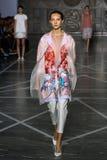 MILAN ITALIEN - SEPTEMBER 20: En modell går landningsbanan under den Mila Schon showen Royaltyfri Bild